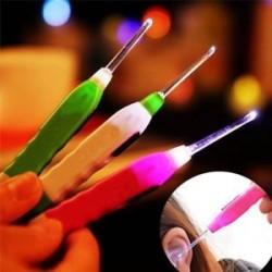* 2 1PC műanyag (véletlenszerű szín). LED zseblámpa fül Pick tisztább gyerek fehér LED fény zseblámpa baba fül